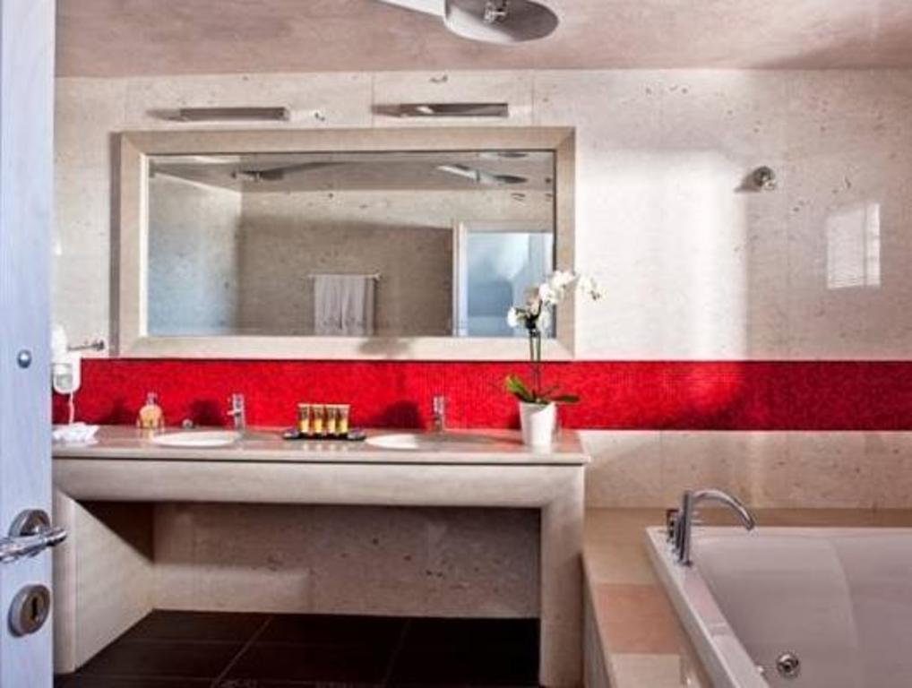 Best Price on Petit Palace in Santorini + Reviews