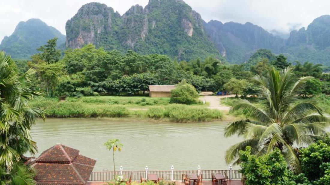 The elephant crossing hotel vang vieng laos for Domon river guesthouse vang vieng