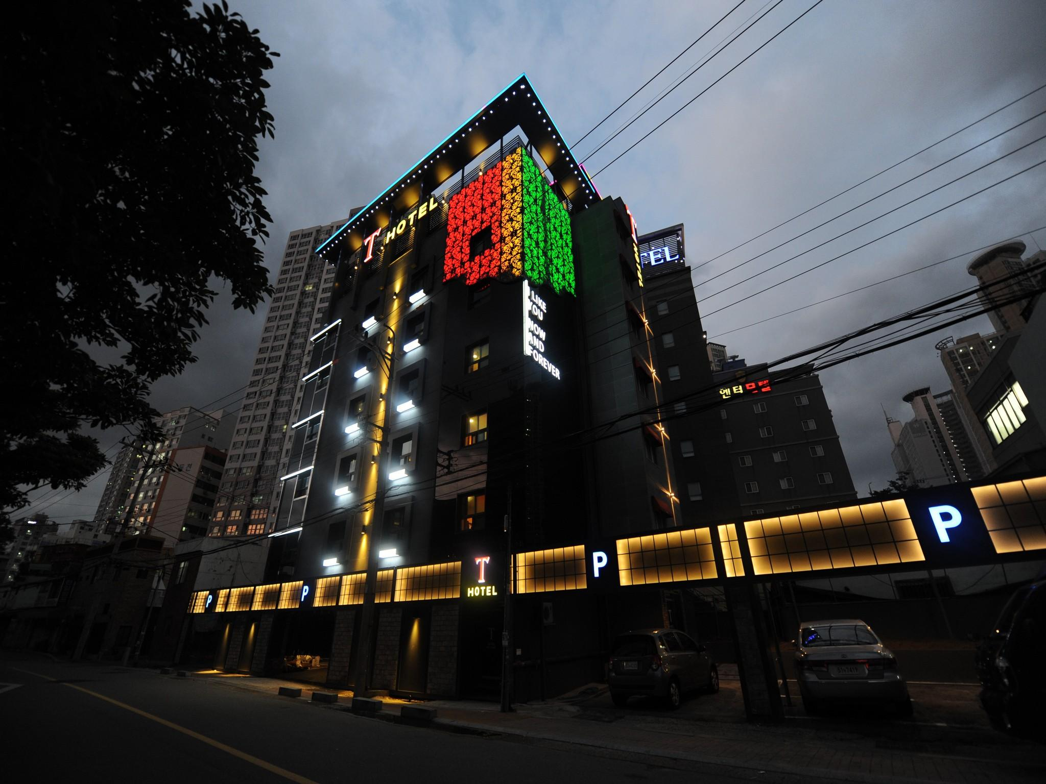T Hotel, Nam