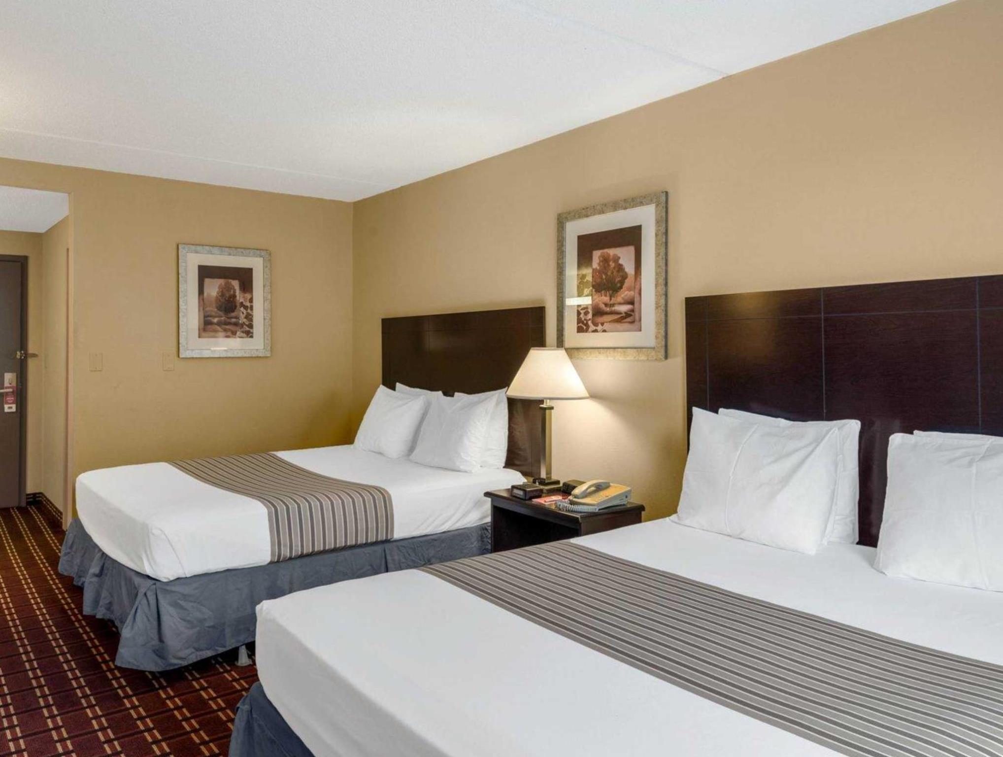 Econo Lodge Inn & Suites Triadelphia - Wheeling, Ohio