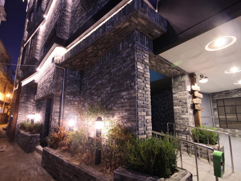 Gallery Hotel, Buk