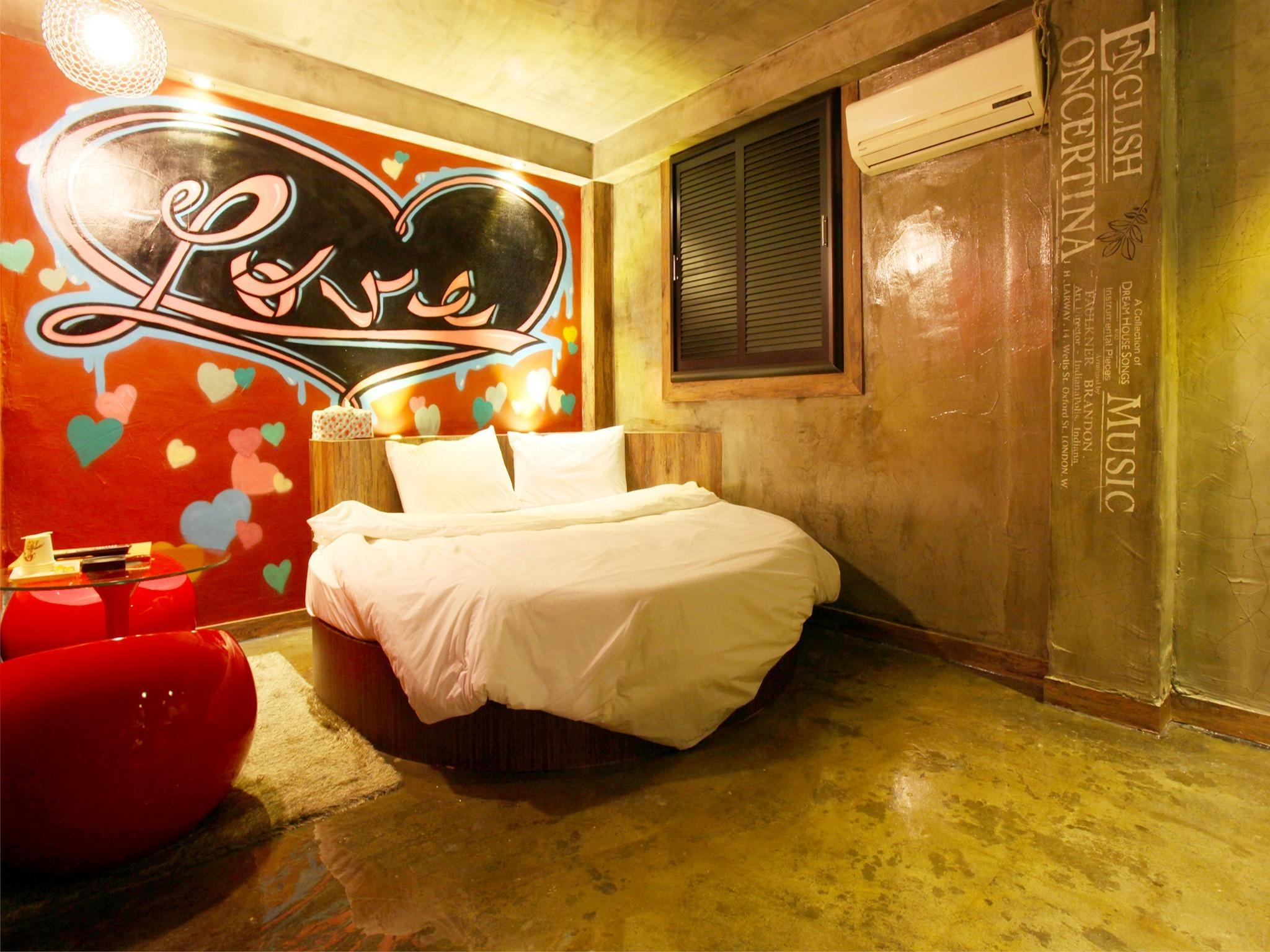 Motel Yam, Nam