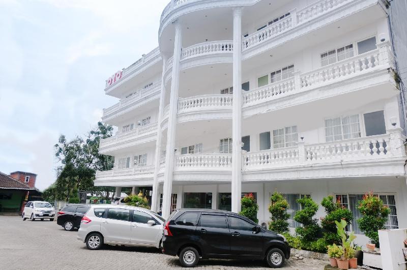 Oyo 696 Hasanah Guest House Syariah De Saphir In Indonesia