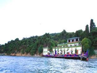 Aya Nikola Otel, Adalar