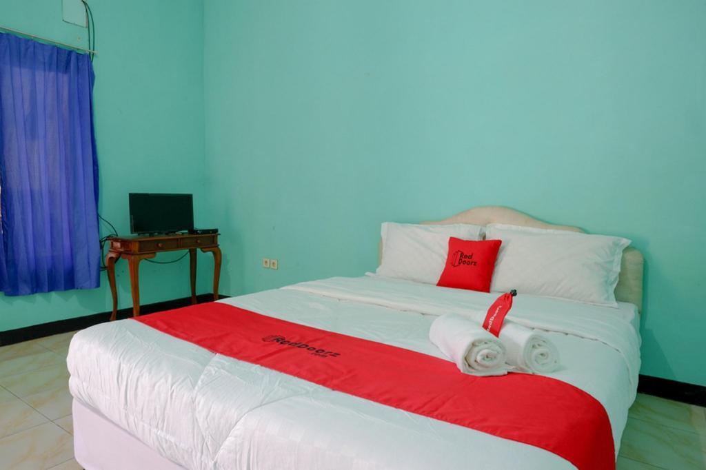 Fasilitas kamar RedDoorz Syariah near Sekuro Beach Jepara