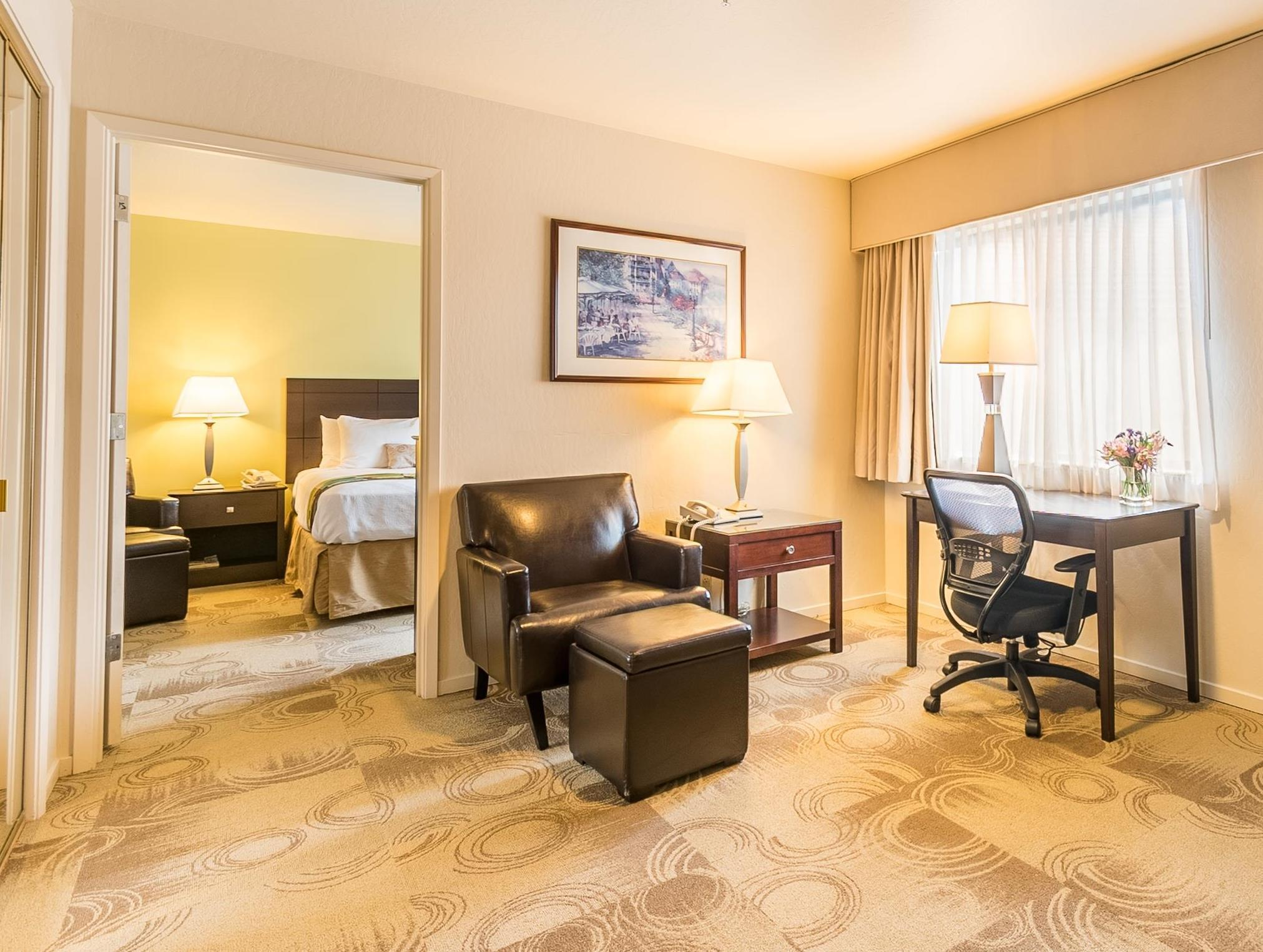 1 Queen Bed, Junior Suite - Free Internet In Room - Free Parking - Fridge - Microwave - Whirlpool