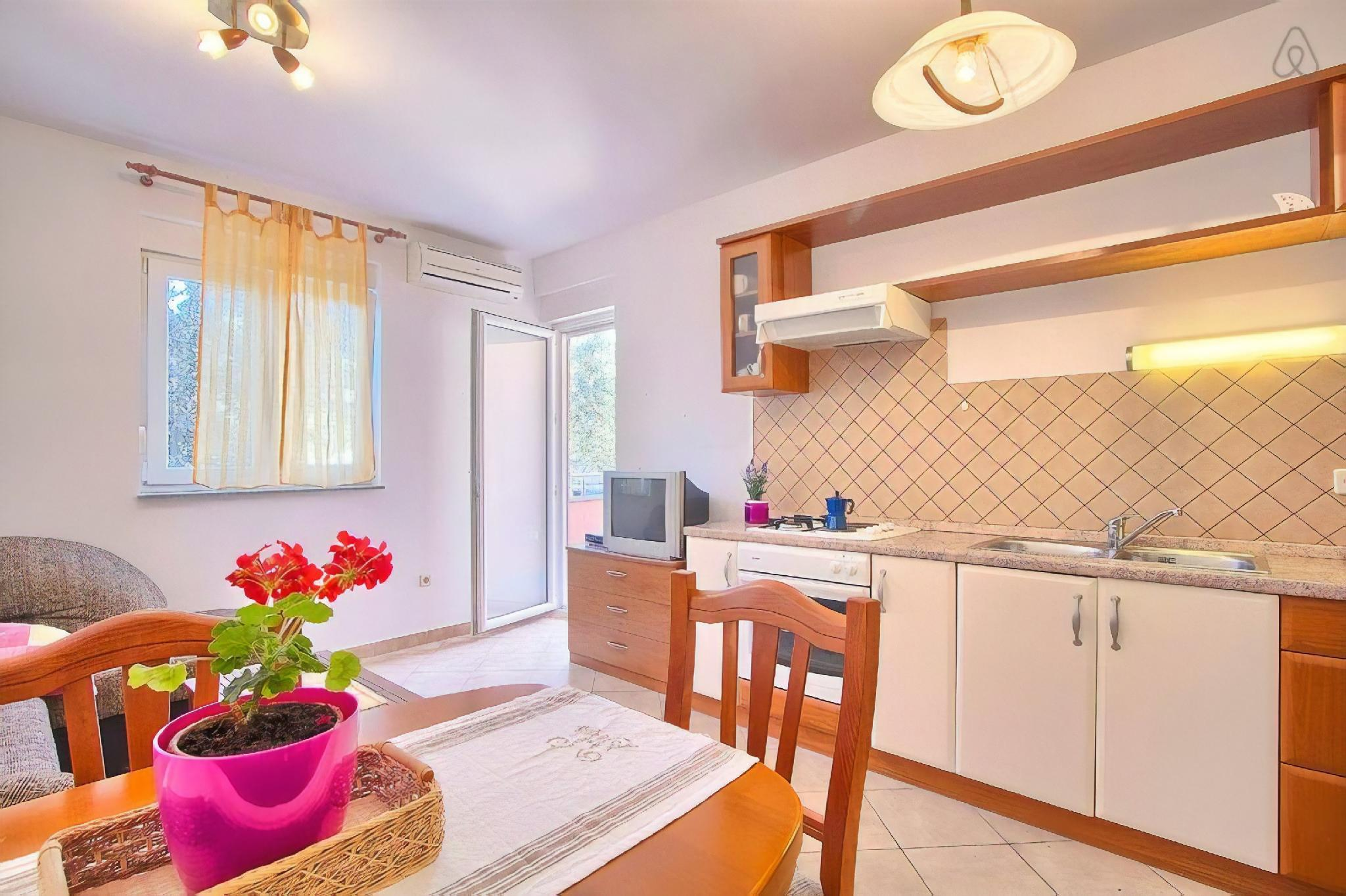 80m2 | doublebedroom| private parking | Airco