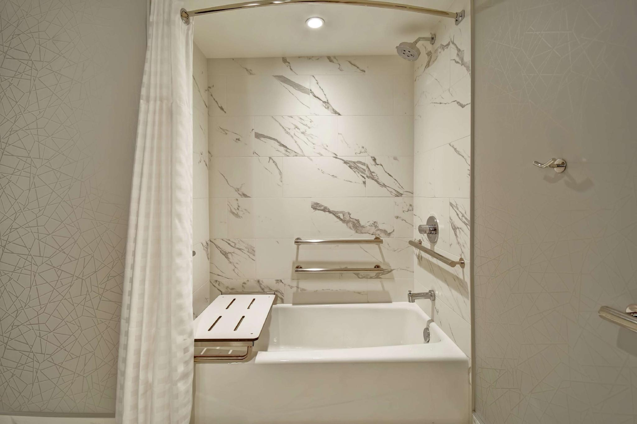 1 King Studio Accessible Tub