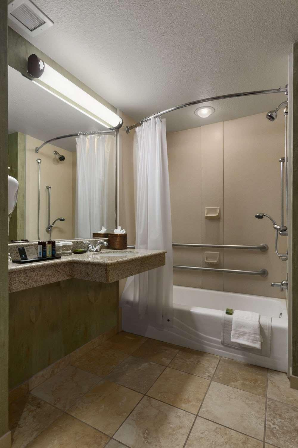 2 Doubles 1Bedroom Suite Mobility/Hearing Accessible Tub