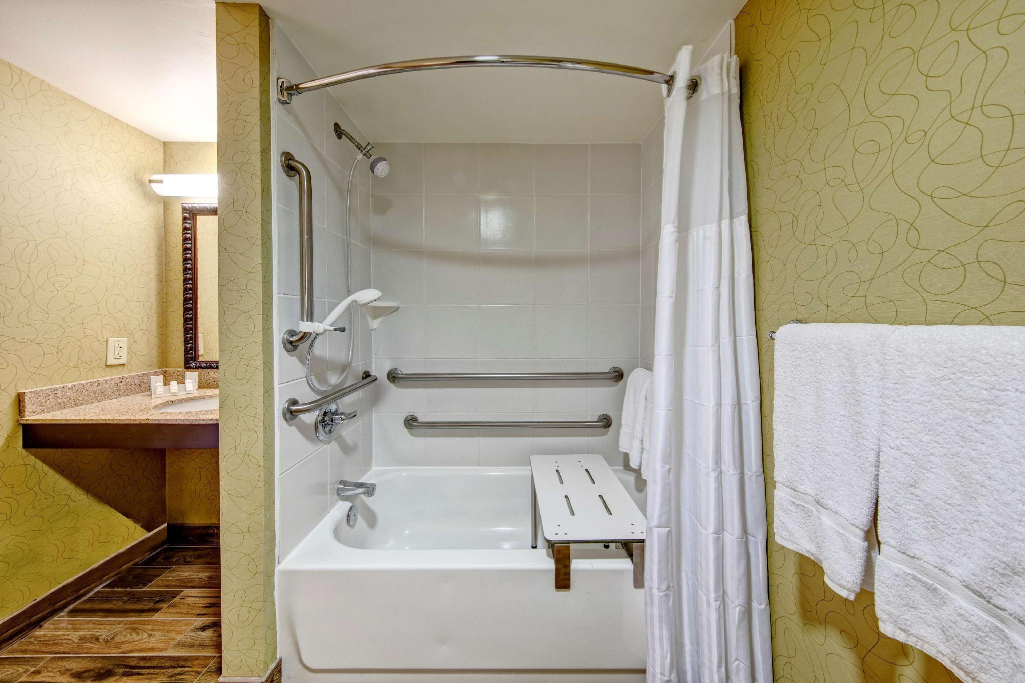 2 Queen Mobility/Hearing Accessible W/Bathtub