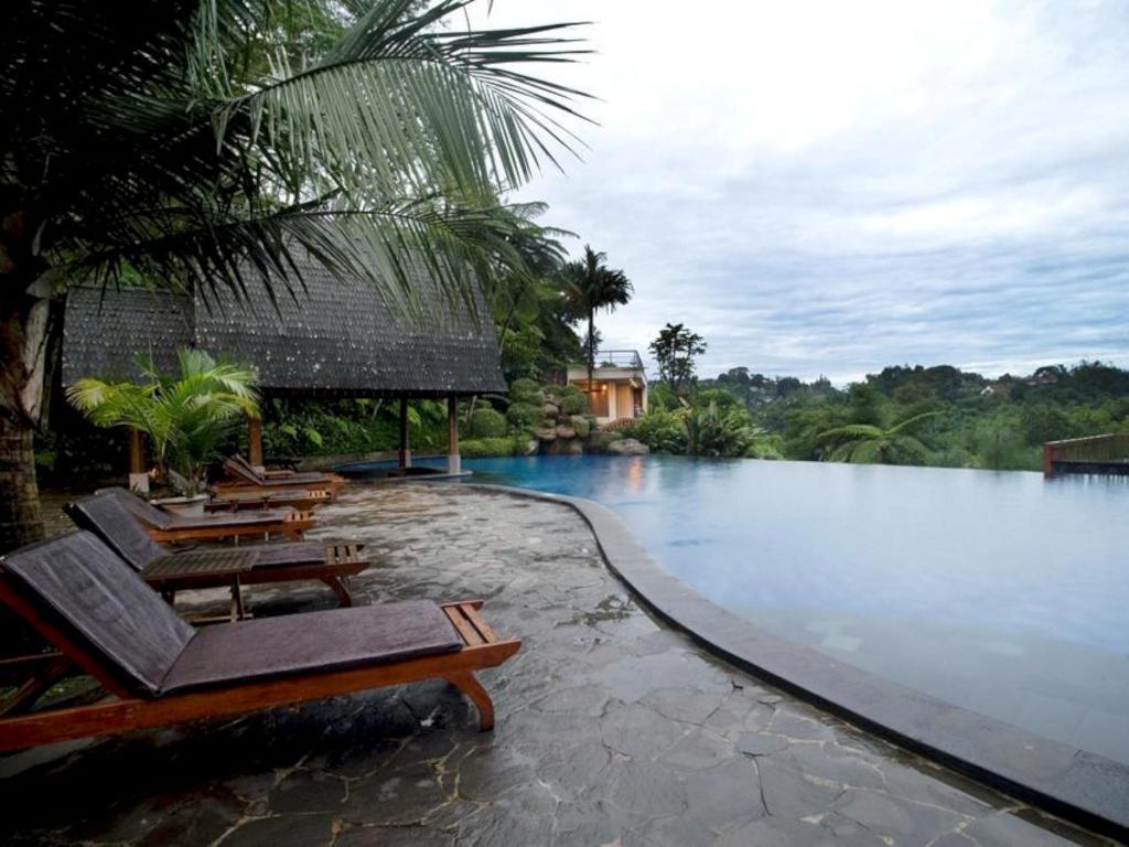Fasilitas kolam renang di SanGria Resort and Spa