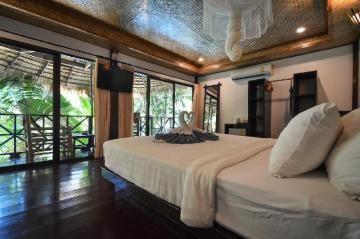 Long Beach Chalet offers nice rooms to stay in Koh Lanta.