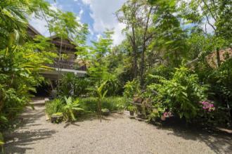 Enkosa 4-bed Luxury Traditional House + pool & bar