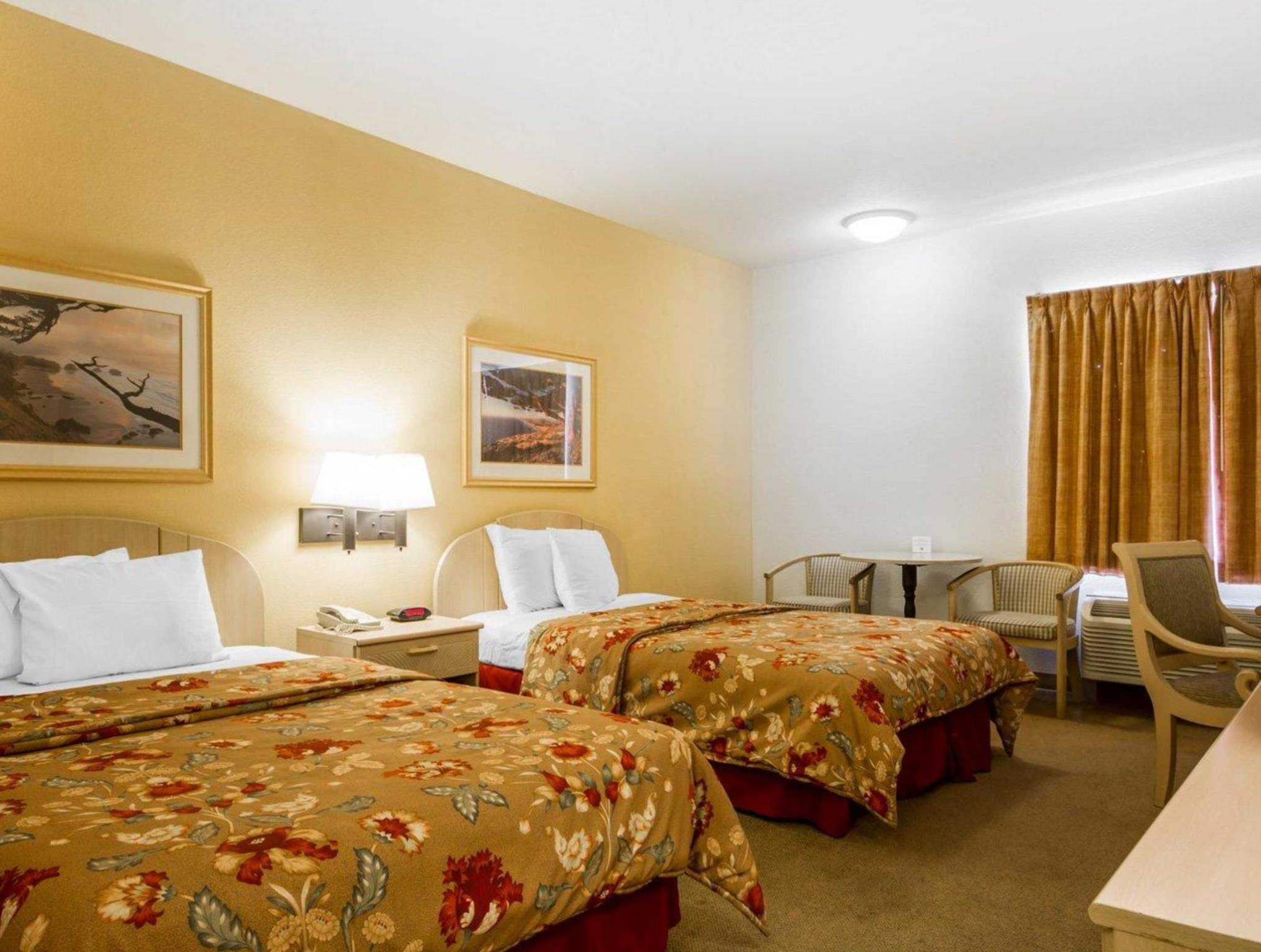 2 Queen Beds - No Smoking - Free Internet In Room - Free Breakfast - Free Parking - Fridge - Microwave