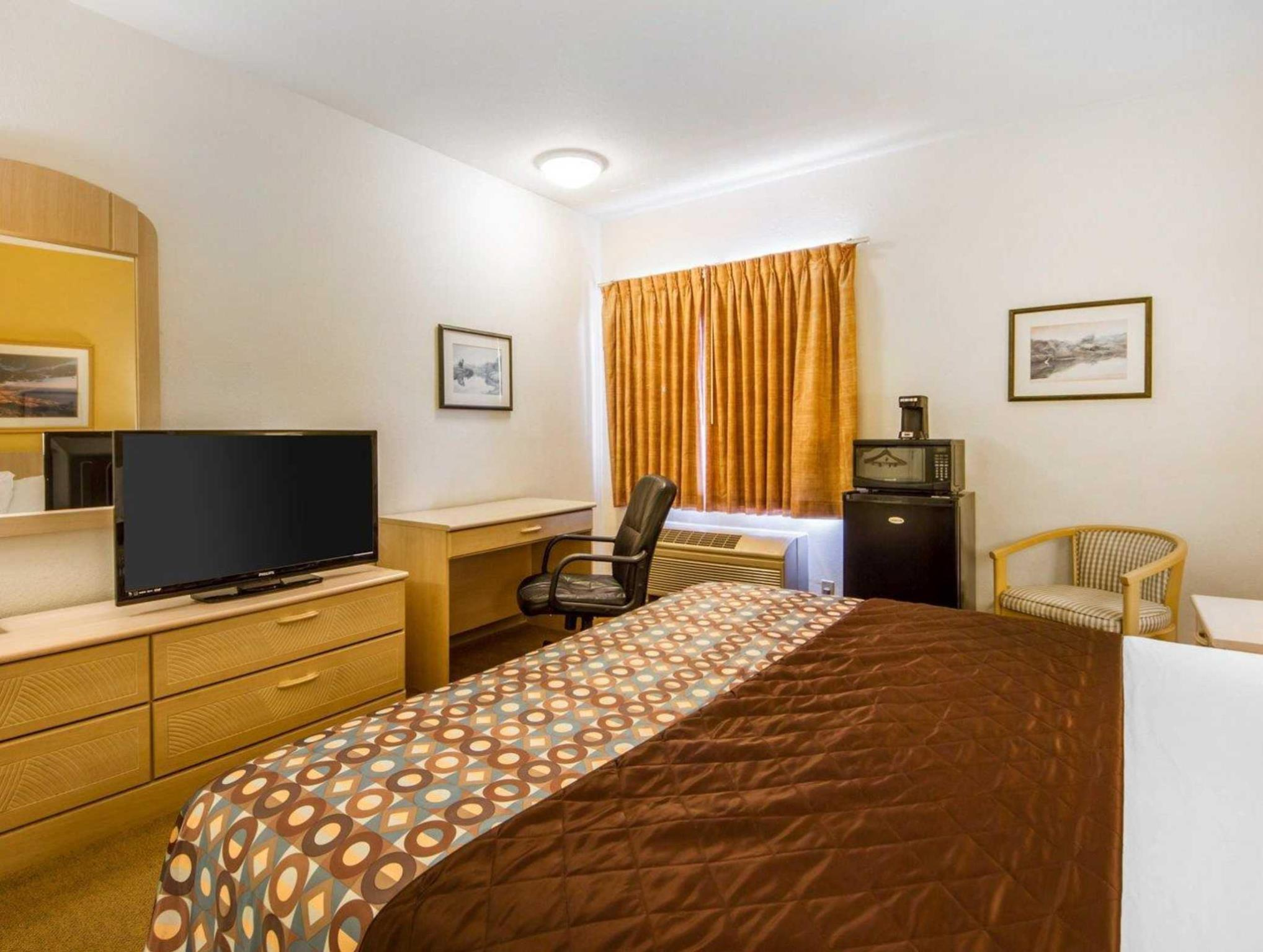 1 King Bed - No Smoking - Free Internet In Room - Free Breakfast - Free Parking - Fridge - Microwave
