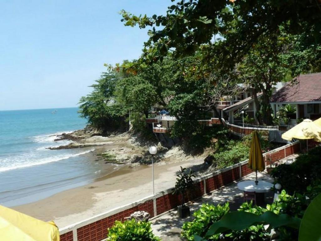 Best price on bunga ayu bungalows restaurant in for Balcony hotel sukabumi