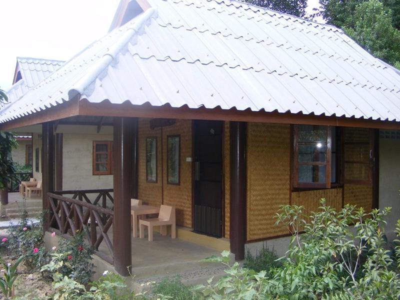 Banana House, Pai