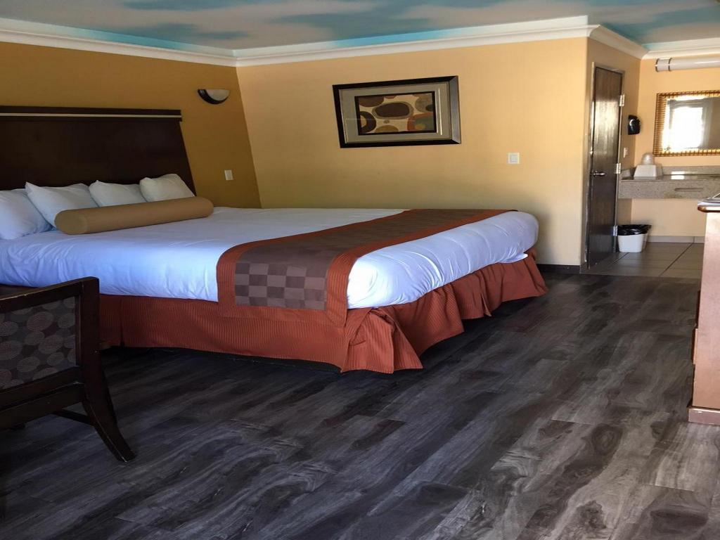 One Bedroom Suite Palms Place Best Price On Hollywood Palms Inn Suites In Los Angeles Ca