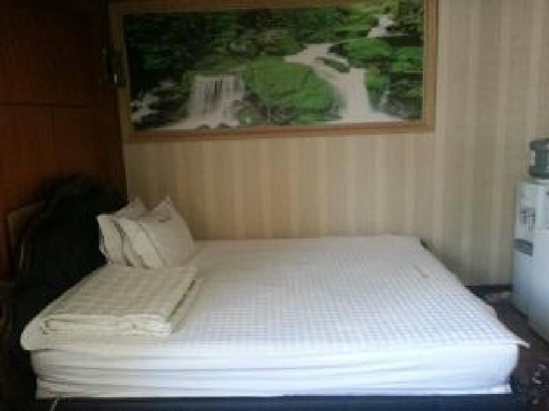 Napoli Hotel, Jung