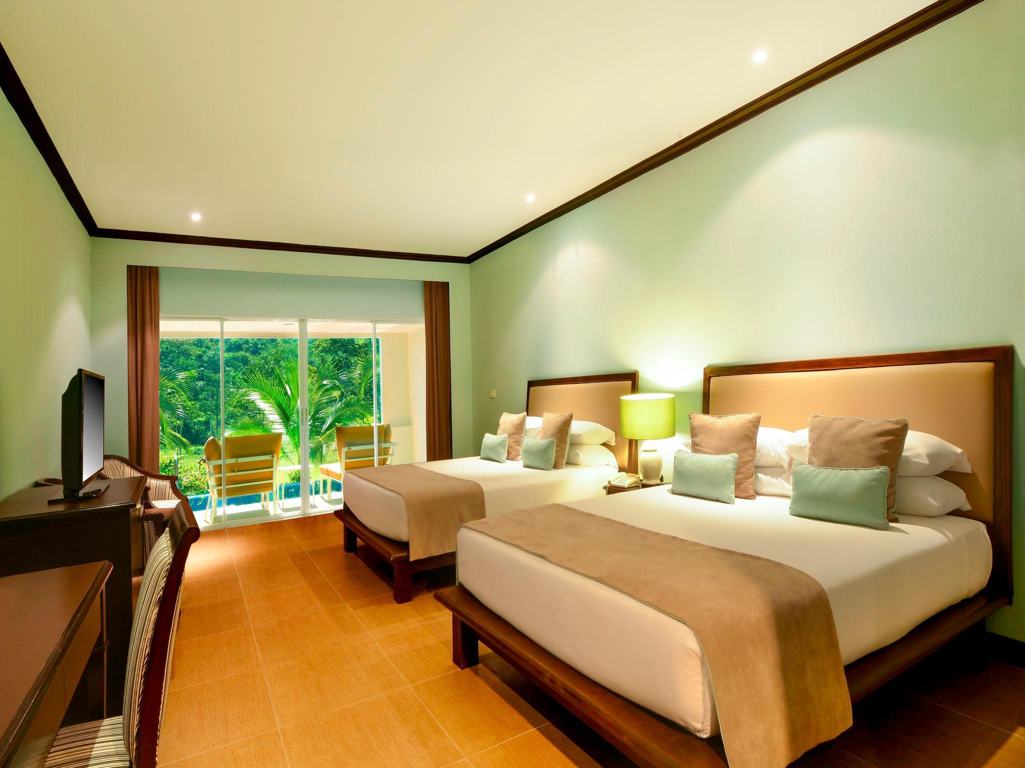 Sir James Resort, Muak Lek