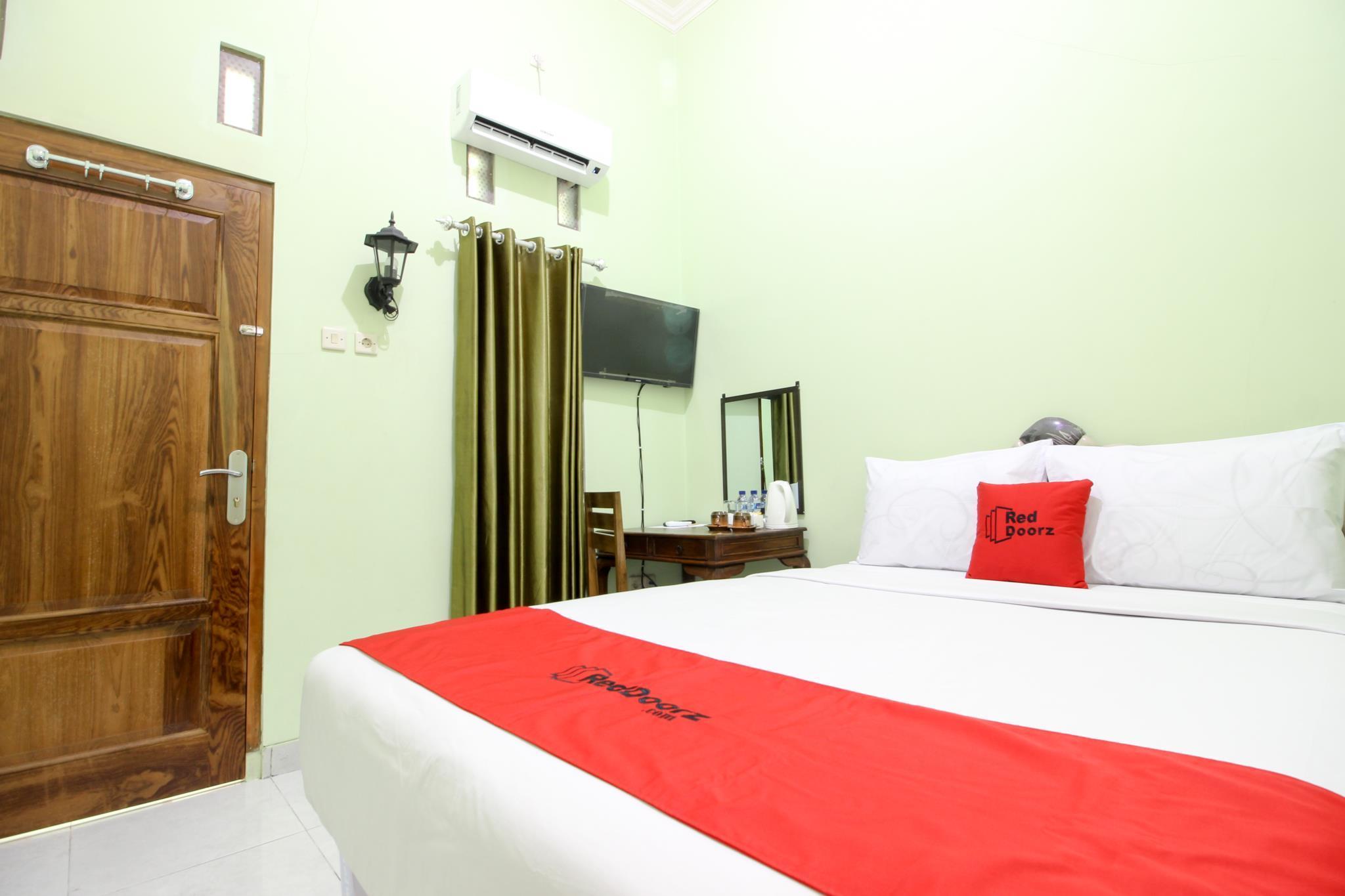 RedDoorz Plus near Taman Sari
