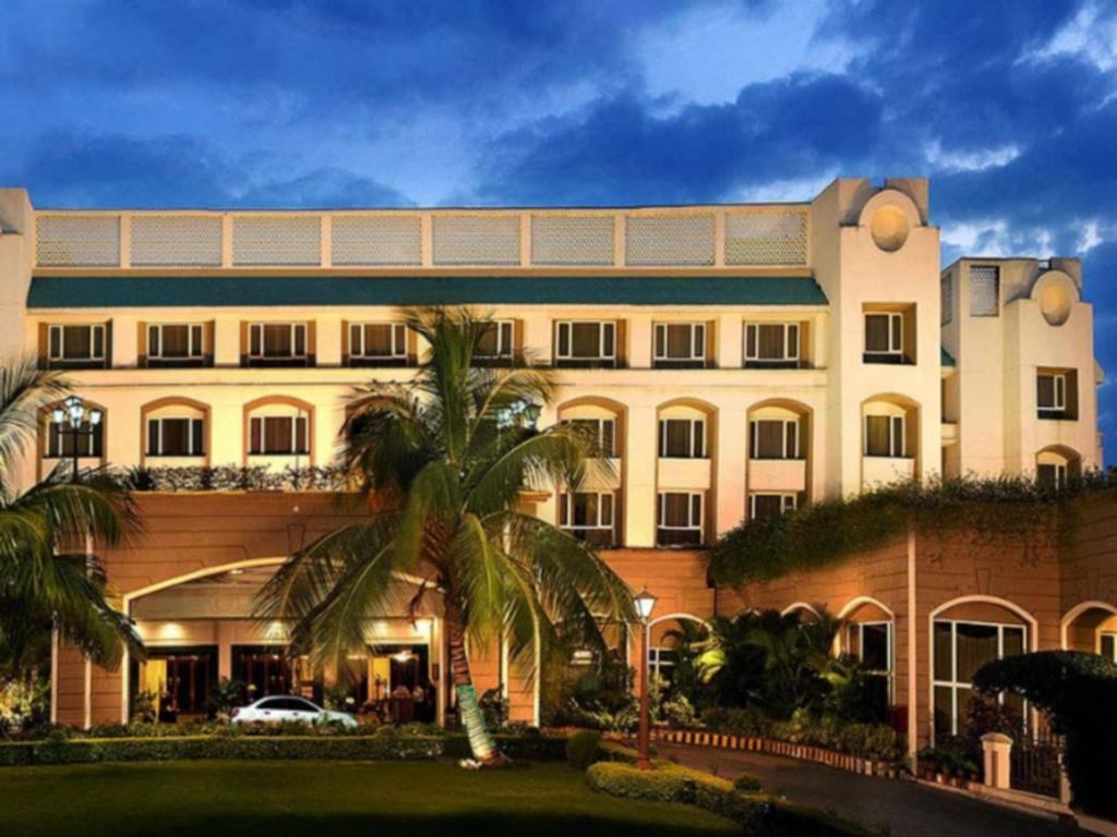 Best Price on Fortune Landmark Indore Hotel in Indore