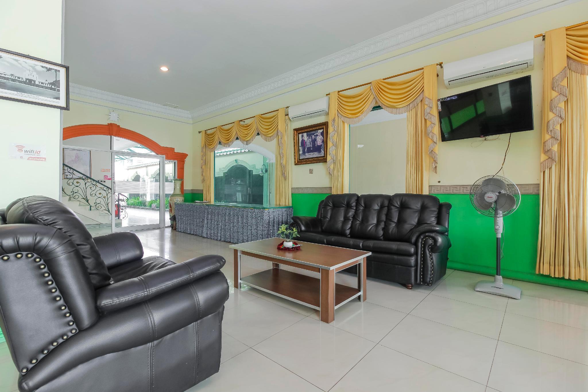 RedDoorz Plus near Alun Alun Kejaksan Cirebon