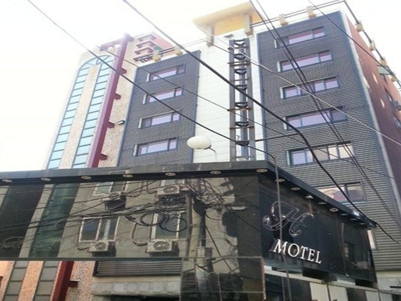 H Hotel, Nam