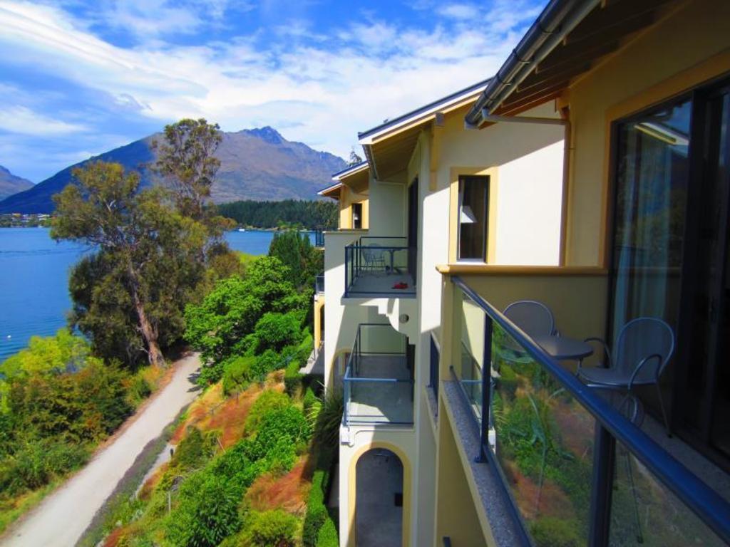 Best price on villa del lago hotel in queenstown reviews for Hotel villa del lago
