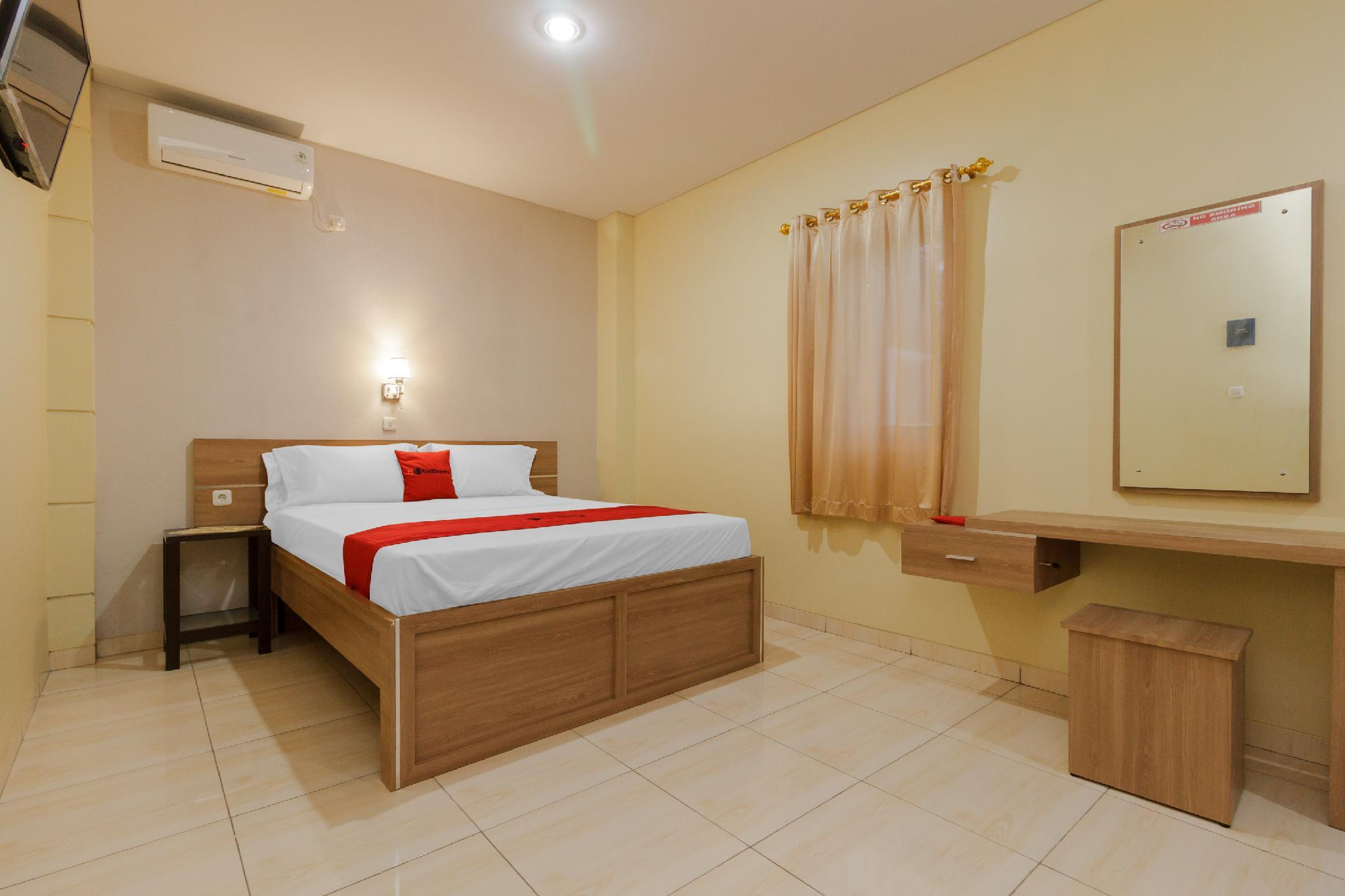 RedDoorz Plus near Pantai Malalayang Manado