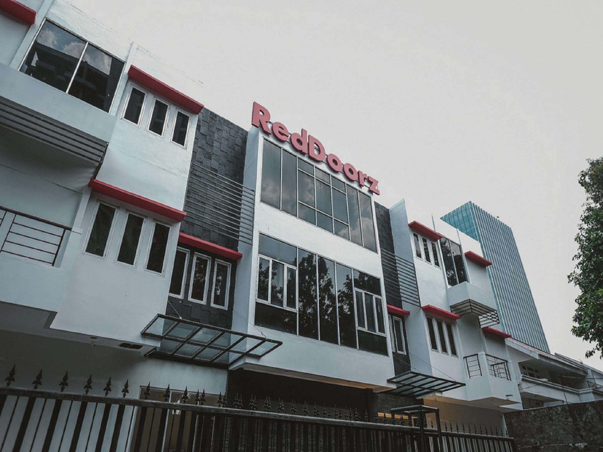 RedDoorz Plus near Plaza Blok M