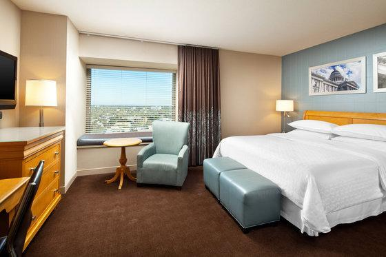Guest room, 1 King, City view, Mid floor