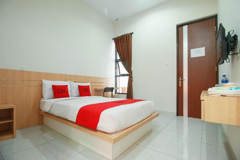Fasilitas kamar RedDoorz Syariah near Universitas Jenderal Soedirman
