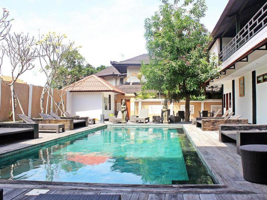 Fasilitas kolam renang di Mirah Hostel