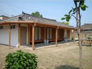 /da-dk/sarangbang-guesthouse/hotel/gyeongju-si-kr.html?asq=vrkGgIUsL%2bbahMd1T3QaFc8vtOD6pz9C2Mlrix6aGww%3d
