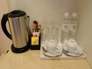 Victoria Hotel Singapore - Coffee & Tea making facilities