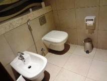 Oaks Liwa Executive Suites: bathroom