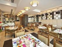 Oaks Liwa Executive Suites: restaurant