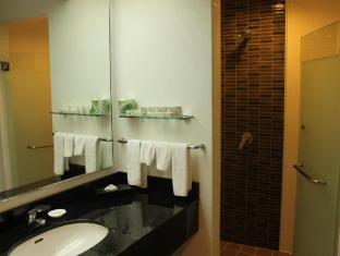 Bayview Beach Resort Penang - Deluxe Room Bath & Shower