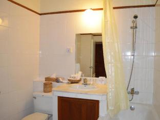 Inya Lake Hotel Yangon - Bathroom