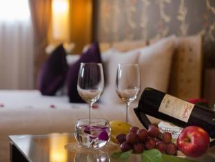 Hanoi Elegance Ruby Hotel Hanoi - Red Wine and daily fruits in Junior Suite