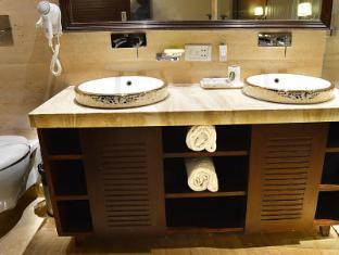 Hotel Emperor Palms New Delhi and NCR - Bathroom