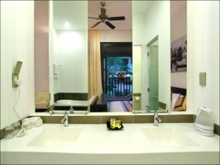 Hoi An Hotel Hoi An - Bathroom of Junior Suite