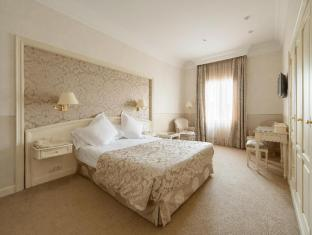 Colon Hotel Barcelona - Guest Room