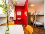 Rum med 4 sängar och delat badrum