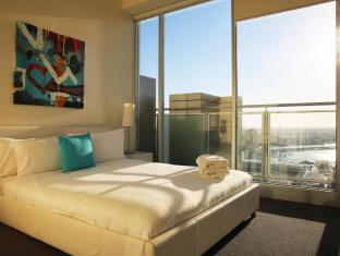Melbourne Skyline Apartment
