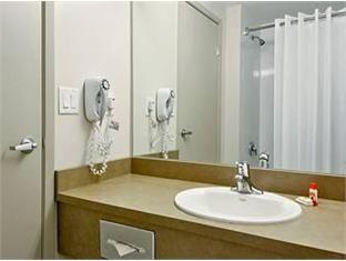 Super 8 Downtown Toronto Toronto (ON) - Bathroom