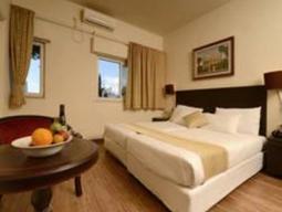 Soba s francosko posteljo/dvema ločenima posteljama