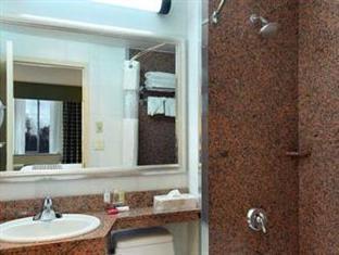 Ramada Queens New York (NY) - Bathroom