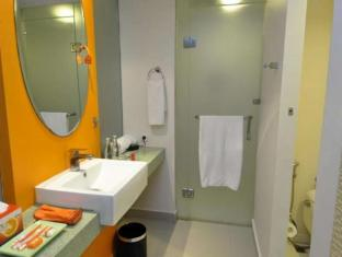 HARRIS Hotel & Residences Riverview Kuta Bali - Bathroom